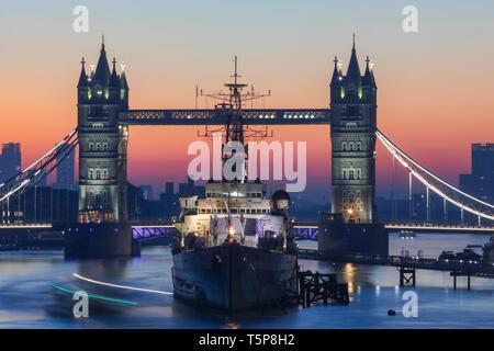 L'Angleterre, Londres, Tower Bridge et HMS Belfast Navire Musée à l'aube Photo Stock