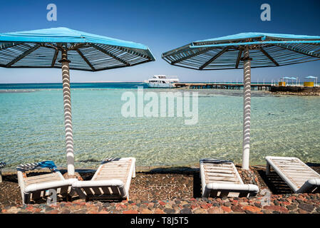 Des chaises longues et des parasols sur la plage, Hurghada, Egypte Photo Stock