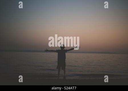 Silhouette garçon à la plage Photo Stock