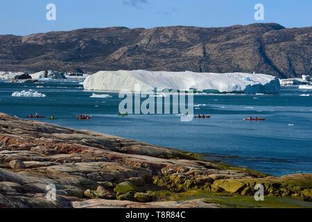 Le Groenland, côte ouest, la baie de Disko, la baie de Quervain, kayaks progressant entre les icebergs Photo Stock