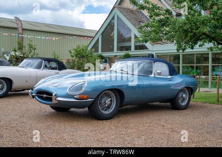 Vintage 1961 Jaguar e type voiture à Daylesford Organic farm shop festival d'été. Daylesford, Cotswolds, Gloucestershire, Angleterre Photo Stock