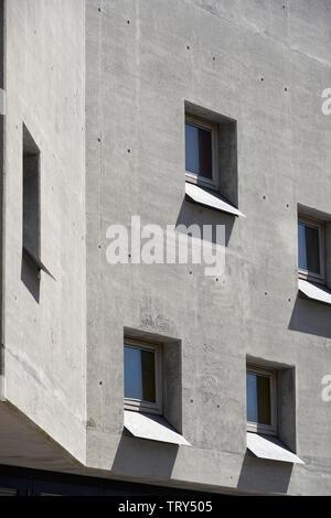 Façade en béton moulé en creux avec des fenêtres carrées. Pálás Cinéma, Galway, Irlande. Architecte: dePaor, 2017. Photo Stock