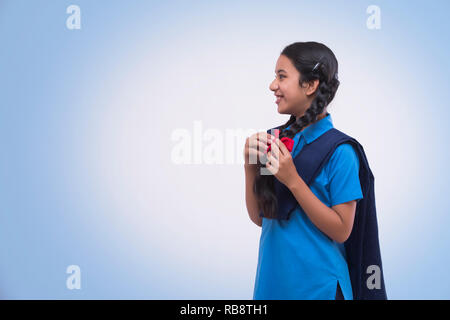 Vue de côté de l'école rurale en uniforme de fille Photo Stock