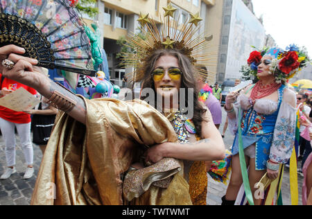 Les participants habillés en costumes lors d'une Gay Pride Parade ou mars de l'égalité dans le centre-ville de Kiev.Plusieurs milliers de militants gays et lesbiennes et d'associations ont défilé dans le centre de la capitale de l'Ukraine pour la pride parade annuelle. Photo Stock