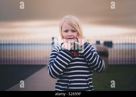 Enfant devant sunset sky Photo Stock
