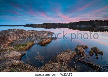 Soirée de printemps à Minatangen dans le lac Vansjø en Østfold, Norvège. Vansjø est une partie de l'eau appelé système Morsavassdraget. Photo Stock