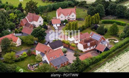 Vue aérienne de la nouvelle grande maison entourée de champs verts dans l'oeil, Suffolk, Angleterre Photo Stock