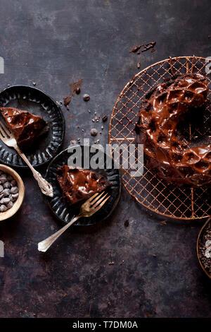 Budnt chocolat sans gluten gâteau avec un filet de chocolat. Photo Stock