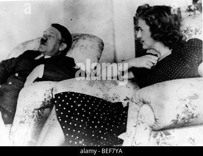 Adolf Hitler et Eva Braun vous détendre dans de confortables fauteuils. Photo Stock