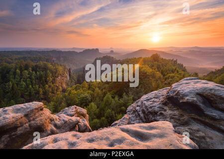 Le coucher du soleil, Carolafelsen, vue, la Suisse Saxonne, des montagnes de grès de l'Elbe, en Allemagne, en Europe Photo Stock