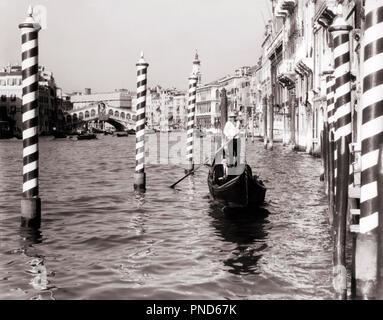 Années 1920 Années 1930 GONDOLA SUR GRAND CANAL Venise Italie - r7238 HAR001 HARS Old Fashioned Photo Stock