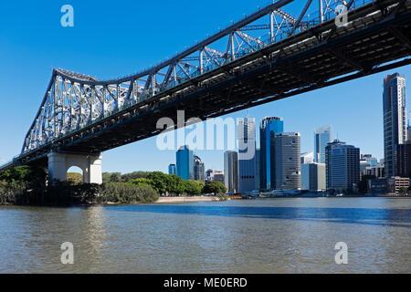 L'horizon de Brisbane et de l'histoire pont traversant la rivière de Brisbane, Queensland, Australie Photo Stock