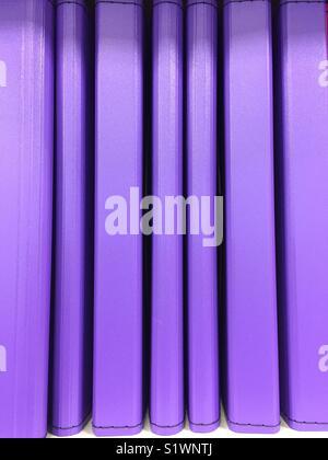 Une rangée de livres violet Photo Stock