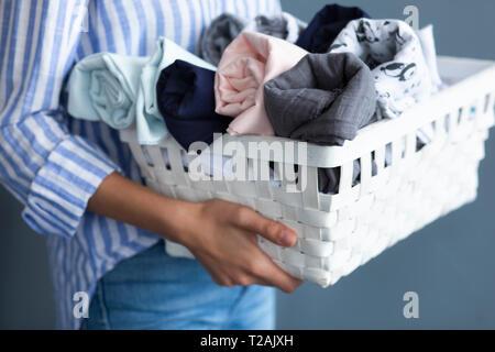 Woman carrying basket de tissus Photo Stock