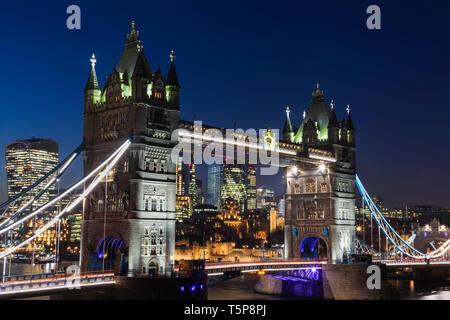 L'Angleterre, Londres, Tower Bridge et de la ville de London Skyline at Night Photo Stock