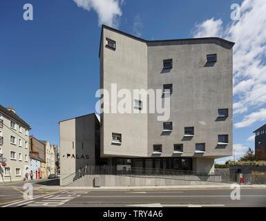 Sunlit cast-béton façade avec fenêtres carrées à encastrer. Pálás Cinéma, Galway, Irlande. Architecte: dePaor, 2017. Photo Stock