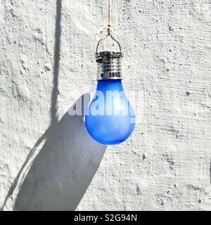 Lampe bleue sur un mur blanc, l'île de Milos, Grèce Photo Stock