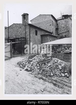 Abruzzes Teramo Teramo S. Getulio, c'est mon l'Italie, l'Italie Pays de l'histoire visuelle, S. Getulio montrent des vues sur l'extérieur et l'intérieur de ruines byzantines d'abord, puis l'église romane. C'était l'ancienne cathédrale romane. Un petit intérieur avec des détails architecturaux, les fouilles en cours tant à l'extérieur et sous le plancher. Photo Stock