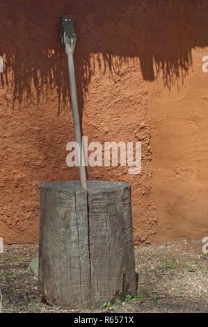 Mortier et pilon en bois Cherokee pour moudre le maïs, Village d'Oconaluftee Qualla, réservation, Caroline du Nord. Photographie numérique Photo Stock