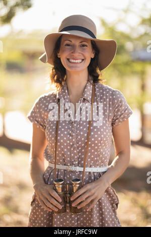 Senior woman standing à l'hôtel Photo Stock