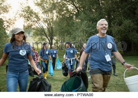 Bénévoles, le nettoyage des ordures dans park Photo Stock
