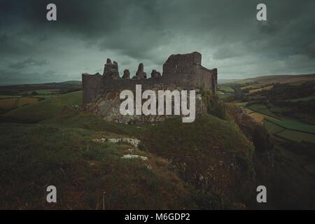Carreg Cennen castle et ciel nuageux. Les paysages du pays de Galles Photo Stock