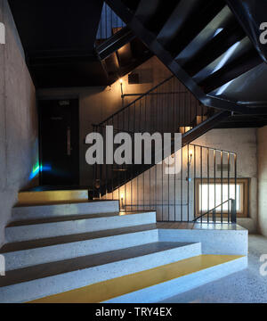 Escaliers en béton et d'acier en porte-à-faux de salle de projection. Pálás Cinéma, Galway, Irlande. Architecte: dePaor, 2017. Photo Stock