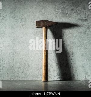 Vintage marteau et ombre sur mur de pierre. La vie de l'outil de travail encore. Notion de bricolage et de réparation. Photo Stock