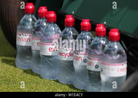 Wimbledon, Londres, Royaume-Uni. 2 juillet 2019. Recycler les bouteilles d'Evian, le Sponser officiel de Wimbledon 2019, 2019 Allstar Crédit: photo library/Alamy Live News Photo Stock