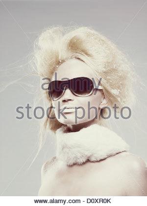 Jeune femme portant des lunettes et l'écharpe de fourrure Photo Stock