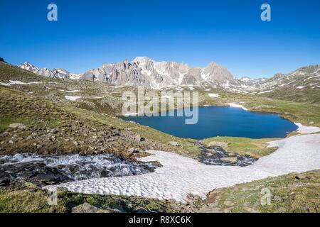 France, Hautes Alpes, vallée de la Clarée, Nevache, le Lac Rond (2446m) avec des marches dans le massif de l'arrière-plan (3093m) Photo Stock