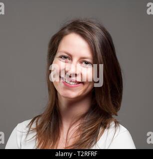 Portrait d'une jeune femme aux cheveux bruns. Photo Stock