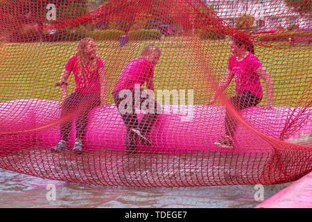 Popularité des chaussures élégantes Park, Poole, Dorset, UK. 15 juin 2019. Journée froide et humide pour la course pour la vie Jolie Enfants boueux où les enfants peuvent se joindre à la lutte pour vaincre le cancer et de recueillir des fonds pour la recherche sur le cancer du Royaume-Uni. Les enfants de plus de 1.2m de hauteur et jusqu'à l'âge de 12 ans, accompagnés d'un adulte, négocier les obstacles tout au long du cours qui est à 5km et avoir du plaisir se couvrir de boue. Credit: Carolyn Jenkins/Alamy Live News Photo Stock
