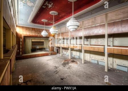 Vue intérieure d'un théâtre dans un hôtel abandonné en Allemagne. Photo Stock