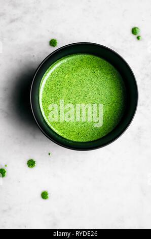 Herbe verte sauce dans un bol noir Photo Stock