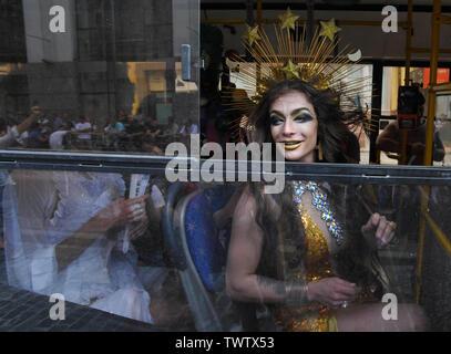 Activiste LGBT assis dans le bus tandis que vêtu d'un costume après Gay Pride Parade à Kiev.Plus de 8 000 personnes se sont rendues à Kiev pour la Gay Pride Parade annuelle. La sécurité est serré que les militants d'extrême droite, a tenté de perturber la fête. Les manifestants, brandissant des drapeaux ukrainiens et arc-en-ciel et porter des costumes colorés, ont défilé dans le centre de la capitale, alors que des milliers de policiers et de troupes de la Garde nationale étaient là, pour assurer l'ordre. Photo Stock
