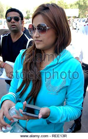Pragya Tiwari chanteuse Playback arrivent à l'aéroport de Jodhpur à assister à une fête de mariage à Jodhpur, Rajasthan, Inde le 5 février 2013. (Sunil Verma) Photo Stock