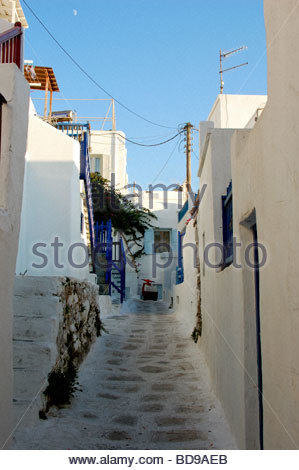 Une rue étroite à Mykonos GRÈCE Photo Stock