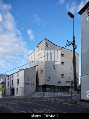 Corner maison de marchands d'élévation de la tour et du cinéma. Pálás Cinéma, Galway, Irlande. Architecte: dePaor, 2017. Photo Stock
