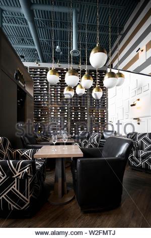 Pendentif moderne suspendues au-dessus de feux de bar à vin vide Photo Stock
