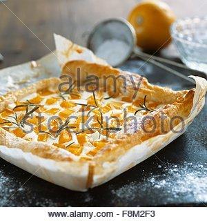 Quark et tarte à la citrouille avec le romarin sur le papier sulfurisé Photo Stock