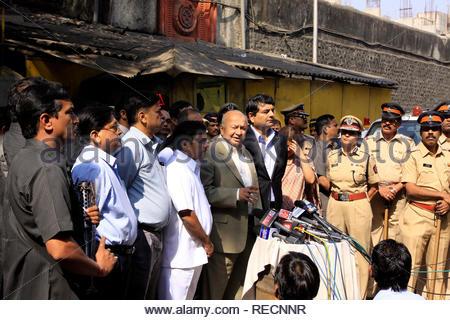 Le ministre de l'intérieur du Maharashtra R R Patil, ainsi que l'Union Accueil Ministre Sushilkumar Shinde visiter Arthur Road Prison d'inspecter les installations et les mesures de sécurité dans la prison à Mumbai, Inde, le 5 janvier 2012. Shinde serait de visiter toutes les grandes prisons à travers le pays. (Ramesh Nair/SOLARISIMAGES) Photo Stock