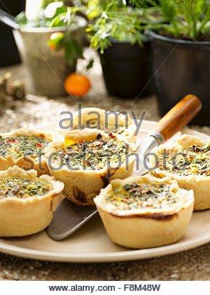 Muffins épicés avec courgettes, le poivre et les épinards Photo Stock
