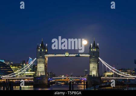 L'Angleterre, Londres, le Tower Bridge de nuit avec la pleine lune Photo Stock