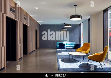 Ascenseur, hall et le salon. 8 Bloomsbury, Londres, Royaume-Uni. Architecte: Buckley Gray Yeoman, 2017. Photo Stock