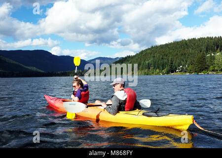 Les touristes en bateau, canoë, Alta Lake Whistler Canadian Rockies Photo Stock
