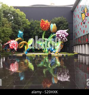 Fleurs géantes par Yayoi Kusama avec reflets dans la pluie à l'extérieur de Matsumoto Museum of Art, Matsumoto, Japon Photo Stock