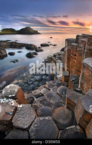 Chaussée des Géants, au crépuscule, en Irlande du Nord. Photo Stock