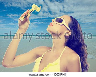 Jeune femme à l'aide de ventilateur à main Photo Stock