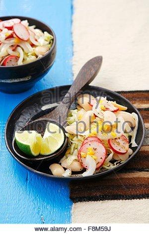 Salade de haricots de Lima avec du chou, Pérou Photo Stock